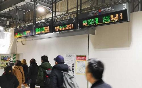 中央東改札の予定地。列車案内掲示板が乗降客の歩く方向と並行して設置されている。今は見にくいが、白い壁の部分が取り払われて改札口になれば、改札口の正面にこの掲示板が位置することになり見やすくなるはずだ