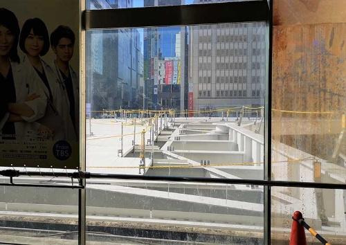 JR中央改札から階段を下りた正面に見える建設中の空中デッキ。渋谷駅西口広場のモヤイ像の上あたりを通って、その先でカーブして京王井の頭線との連絡通路に向かっている