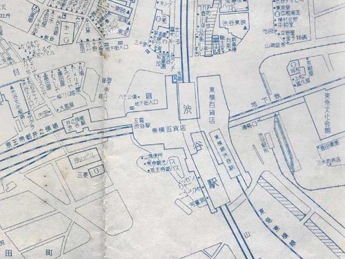 昭和30年代後半のものと思われる渋谷駅周辺。ハチ公前広場に地下街へつながる階段が見える。「東京案内図」より