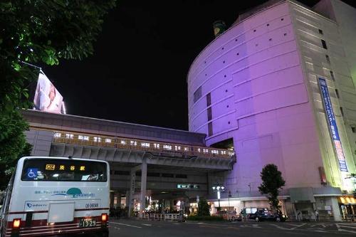 玉電ビルの名残でもある東急東横店西館。銀座線が建物から顔を出し、引き込み線から車庫に向かうところ