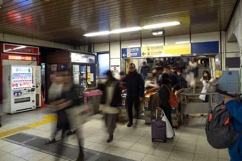 銀座線の降車専用の改札(JR中央口の前に出る改札)。現在は改札が取り払われ、旧ホームは新ホームへの暫定通路として使われている。銀座線渋谷駅の最終日に撮影