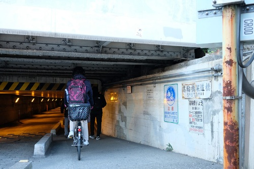 常に人や車が行き交っている高輪橋架道橋のガード下(20年2月撮影)。橋桁が実に低い