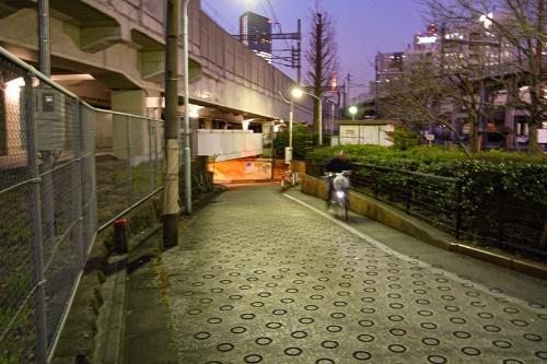 海側から高輪橋架道橋ガードへのアプローチ道路。知らないと怖くてつっこめない作りだ。入り口の上を走るのは新幹線だ。2007年撮影