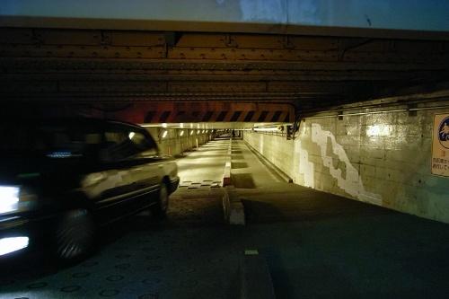 自動車は一方通行となっている高輪橋架道橋下区道。こんなとこ通り抜けられるのかよー、と思った。2007年撮影