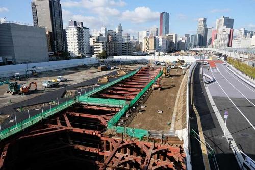 高輪ゲートウェイ駅改札前の空中デッキから北側を望んだところ。駅前に建設される「グローバルゲートウェイ品川」4街区の建設が進んでいる