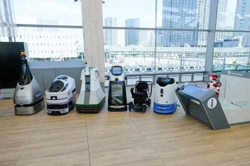 高輪ゲートウェイ駅で働くロボットたち。掃除や案内、警備など様々な仕事をする