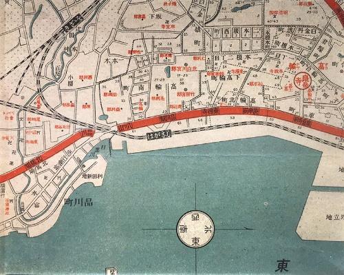 ⼤正7年(1918年)の東京市街全図(和楽路屋)。左⼿(南側)から延びてきた京浜電気鉄道(⾚い線)の終点が「品川」となっている。省線(国鉄。今のJR)の品川駅は「しながわ」とひらがなだ。省線の上(⻄側)に描かれている⾚い線は東京市電