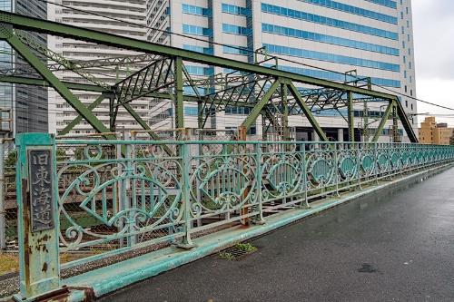八ツ山橋(手前)。橋の左手に「旧東海道」とある。奥の緑色の橋は京浜急行の鉄橋。京急最初の「品川駅」はこの八ツ山橋の南側にあった