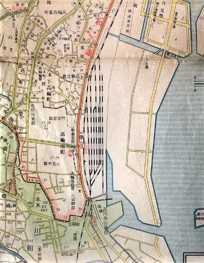 昭和5年(1930年)の「復興完成記念東京市街地図」(東京日日新聞)。こちらの地図だと「高輪」駅の場所がよく分かる。第一京浜を挟んで国鉄(現JR)品川駅の反対側に駅があった。高輪駅そばにある神社は「高山稲荷神社」。今も現存する