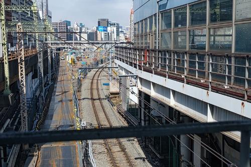 品川駅の自由通路から見た山手線(高輪ゲートウェイ駅方向)。線路が右にぐっとカーブしているが、もともとは真っすぐ北に向かっていた
