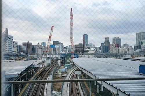 品川駅の北コンコースから高輪ゲートウェイ駅方面を窓越しに見たところ。すでに工事が始まっている