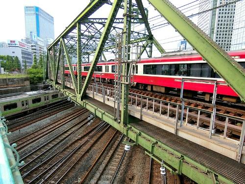 八ツ山橋の鉄橋を渡る京浜急行とその下を走る山手線。八ツ山橋から撮影