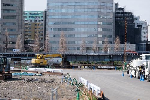 奥に見える高架がかつて使われていた線路。まもなく取り壊される。その奥に見えるビルの向こうが第一京浜だ(写真:荻窪圭、以下同じ)