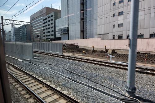 田町から品川へ向かう列車の中から撮影。建物の脇を走っていたかつての線路跡が見えた。すでに整地されつつある