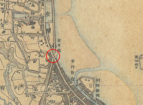 明治14年(1881年)の品川駅周辺の地図。赤丸部分で鉄道と東海道が交差している。そこから南は八ツ山を切り開いて鉄道が敷設された(迅速測図。日本地図センターによる復刻版)