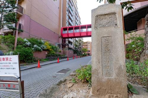 都営高輪アパートの前に「大石良雄等自刃の跡」の碑がある