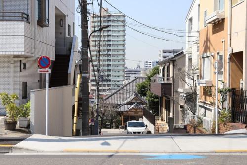 二本榎通りから一段下がったところに本堂があるお寺。この地形ならでは