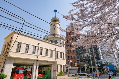 高輪消防署二本榎出張所と桜(2014年撮影)。この塔が印象的