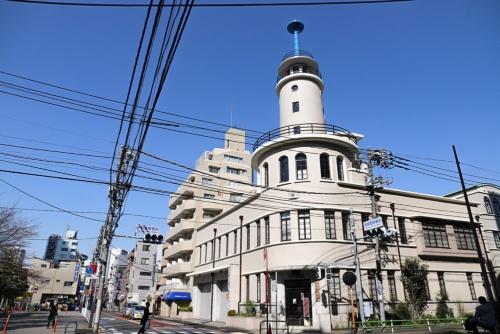 高輪消防署二本榎出張所を正面から。青い尖塔(せんとう)も含め印象的なデザイン