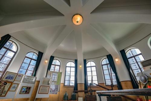 3階の円形講堂の様子。昔の消防服やポンプ、写真などがある展示スペースとなっていた。8本の湾曲した柱がよい