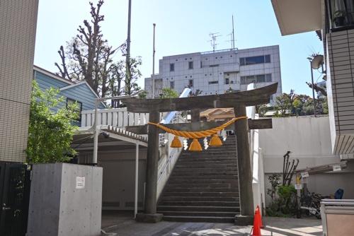 高輪神社の鳥居。階段を上ると拝殿や太子堂がある