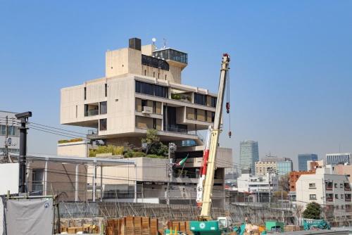 エレーベーターで台地に昇ると、マンションが取り壊されて更地になっているため、その向こうにあるクウェート大使館の全景をじっくり楽しめる