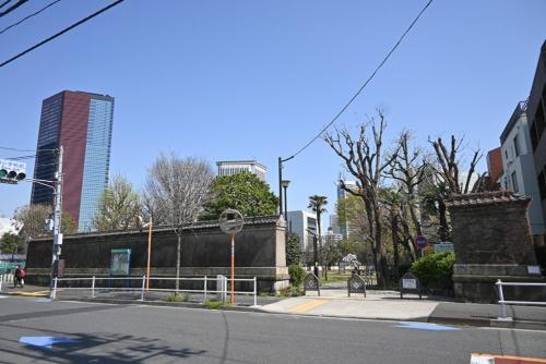 二本榎通りから見た三田台公園。華頂宮邸時代の塀が残っており、よい目隠しにもなっている
