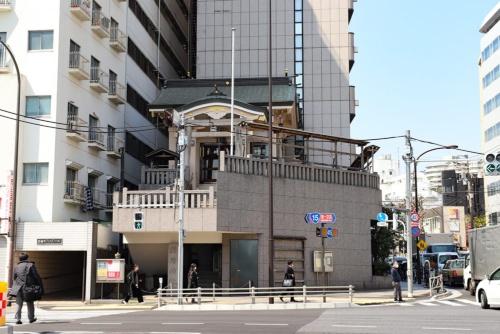 泉岳寺前交差点にある稲荷神社。階段を上ると参拝できる