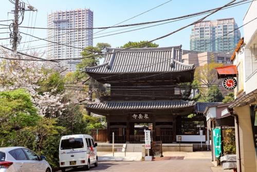 泉岳寺の山門。1832年に再建されたもので2階部分には十六羅漢が安置されている(けどそれは見られない)