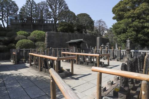境内の奥にある浅野長矩夫妻と四十七士の墓所