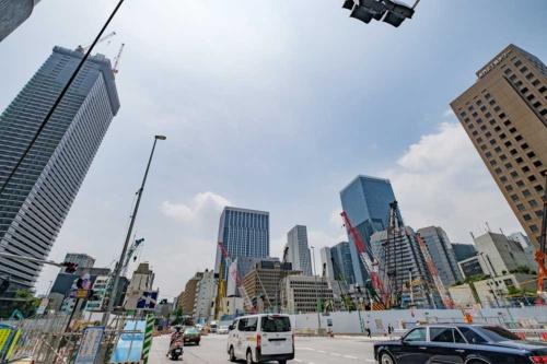 桜田通りから見た虎ノ門ヒルズステーションタワー建設現場。左の高層ビルは建設中の虎ノ門ヒルズレジデンシャルタワー。写真の真ん中に見えるのが神谷町の東京ワールドゲートビル(20年竣工)