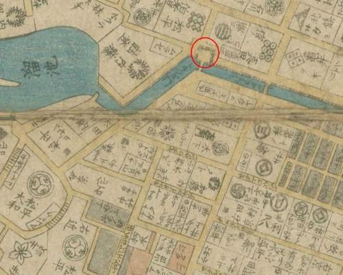 虎ノ門(赤丸部分、左下にトラノゴ門と書いてある)から南側の地図。1区画に所狭しと人名が詰まっている。虎ノ門の北側に比べると区割りが細かい。「弘化4年(1847年)改正御江戸大絵図」 国立国会図書館デジタルコレクション