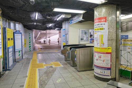 銀座線虎ノ門駅の改札(いずれもう少しきれいになるのだろう)から虎ノ門ヒルズ駅へつながる真新しい地下通路を眺めたところ