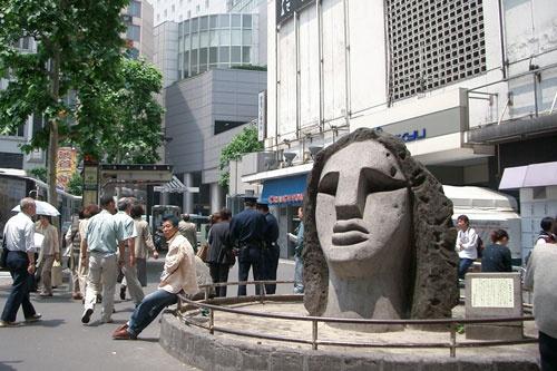 モヤイ像(写真:荻窪圭)