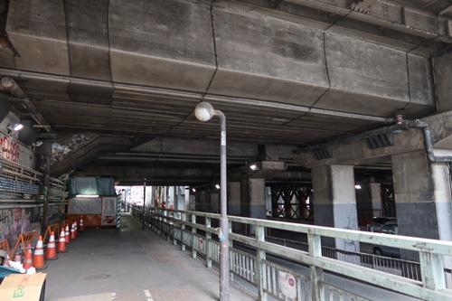 渋谷駅南側の国道246号沿いの高架下。昼間の写真だが歩いている人はいない(写真:荻窪圭)