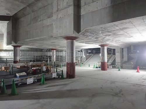 工事中の渋谷駅東口地下。丸い柱で支えられている四角いブロックの部分が渋谷川。工事が終了するとこの場所は東口地下広場として使われる(写真:渋谷駅街区土地区画整理事業共同施行者)