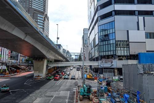 旧歩道橋を壊して建設中の歩行者デッキ。渋谷フクラス(右奥のビル)と直接接続されるのがわかる(写真:荻窪圭)
