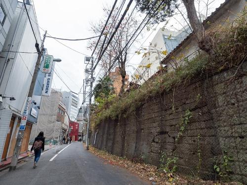 閉鎖直前の桜丘口地区。左手奥にJRの線路がある。右手の崖に一部穴を塞いだような跡がある。これは防空壕(ごう)跡だという(写真:荻窪圭)