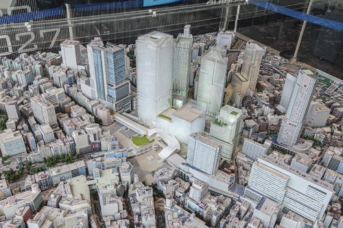 渋谷ヒカリエ11階に展示されている27年頃の渋谷駅周辺のミニチュア模型を道玄坂側から撮影。駅をハチ公口側から見ている。最終的にはハチ公口前の広場も大きく変化する予定だ(写真:荻窪圭)