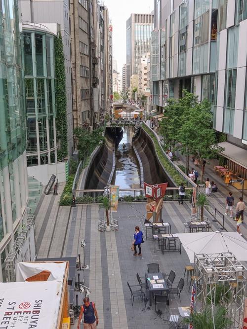 2019年の渋谷川と稲荷橋広場。稲荷橋より下流の渋谷川を覆うように稲荷橋広場が造られた(写真:荻窪圭)