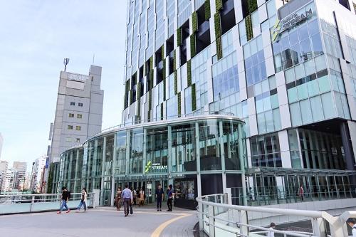 歩行者デッキから渋谷ストリームへ直接行ける。その入り口がアーバン・コアになっていて、ここから下層へ移動できる(写真:荻窪圭)