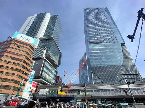 宮益坂下交差点から南側を見た渋谷駅。左手の高層ビルが渋谷ヒカリエ、右がほぼ完成した渋谷スクランブルスクエア第I期(東棟)。手前下に見えているのは20年1月開業予定の新しい東京メトロ銀座線渋谷駅。渋谷スクランブルスクエア東棟が超高層ビルなのがわかる(写真:荻窪圭)