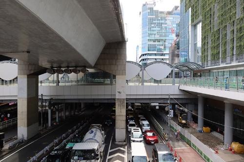 右に見える建物が11月に開業する渋谷スクランブルスクエア第I期(東棟)。ここから左にある渋谷ストリームへ首都高の下をくぐって直結される。渋谷の新しい動線になりそうだ(写真:荻窪圭)