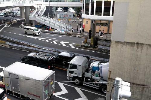 渋谷ストリームに向かう歩行者デッキの上から見た国道246号。かつて、この道路部分に田中稲荷があった。国道246号の建設のため遷座することとなった。拡大表示しても見にくいが、国道の向こう側に稲荷橋が見える