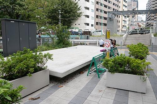 かつてここに並木橋駅(1946年に廃止)があったことを思い出させるコンクリートの台