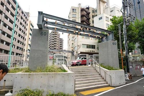 高架橋の名残。手前の橋脚には番号「60」が書かれている、奥には61番の柱がかろうじて見える(拡大表示して見てください)