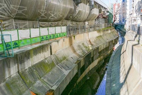 10年に並木橋から撮影した渋谷川と東急東横線の高架(左手)奥が渋谷駅の方向となる。ほんの9年前まではこんな風景だった。東急東横線の地下化は13年のことだ