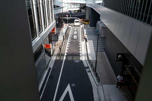 渋谷ストリームに向かう通路から見た稲荷橋。下に見える道路に書かれた「止まれ」とあるところが稲荷橋だ