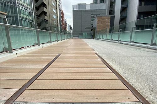 渋谷ストリームを抜け、外に出ると高架通路の足元に埋め込まれた線路もここで終わる