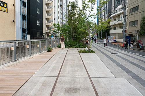渋谷リバーストリートの通路は線路をモチーフにしたデザインになっている。かつての高架跡だ